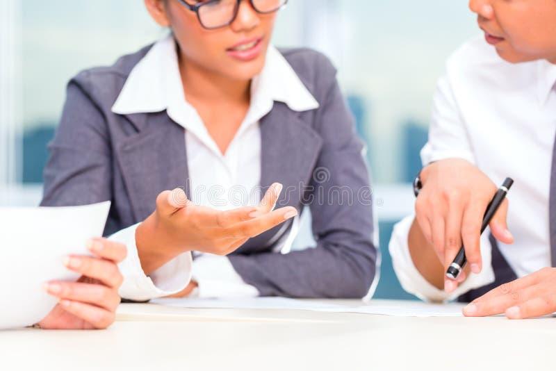 Download Азиатские предприниматели имея встречу в офисе Стоковое Фото - изображение насчитывающей стол, деятельность: 40585912
