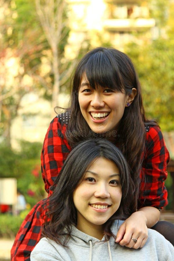 азиатские принципиальной схемы девушки приятельства навсегда стоковая фотография rf