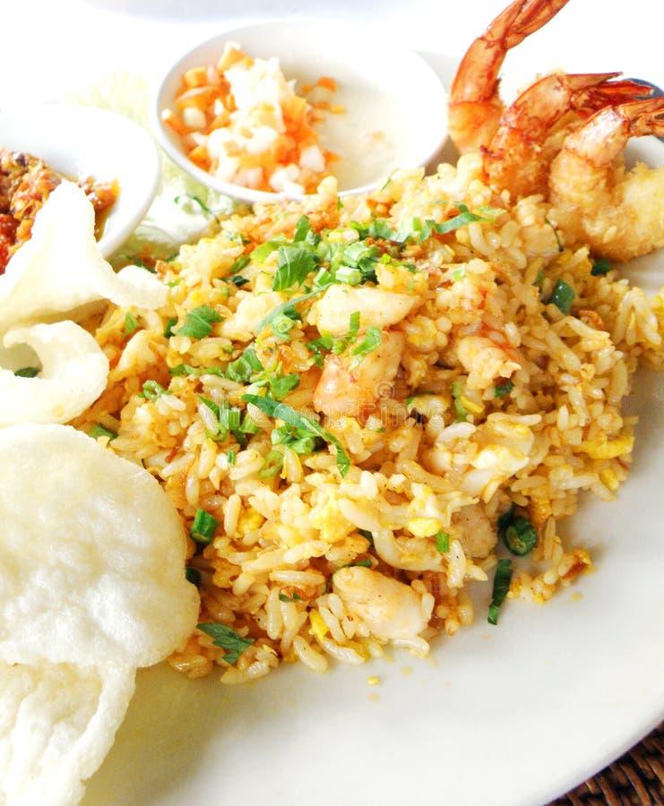 азиатские продукты моря зажаренного риса тарелки стоковая фотография
