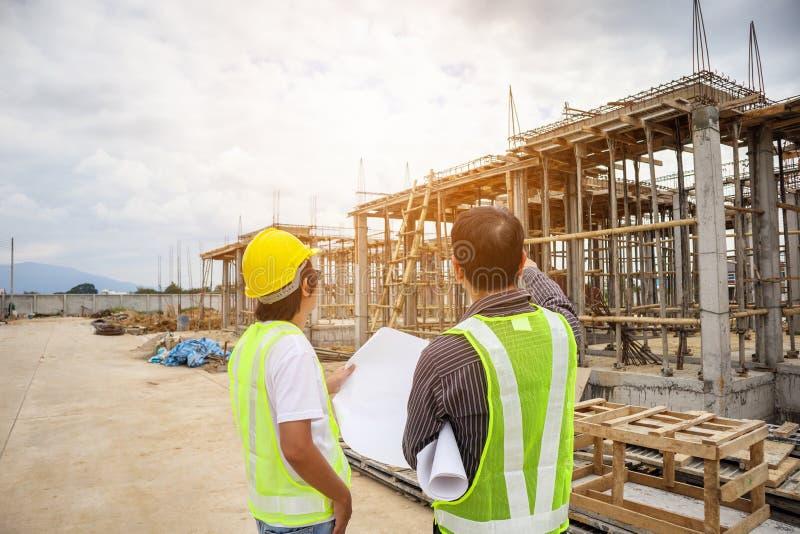 Азиатские работники инженера по строительству и монтажу бизнесмена на строительной площадке стоковое фото