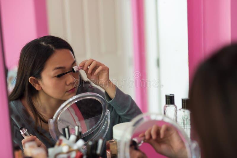 Азиатские ресницы щетки женщины перл макроса имитировать поля детали глубины контейнера принципиальной схемы красотки предпосылки стоковые изображения rf