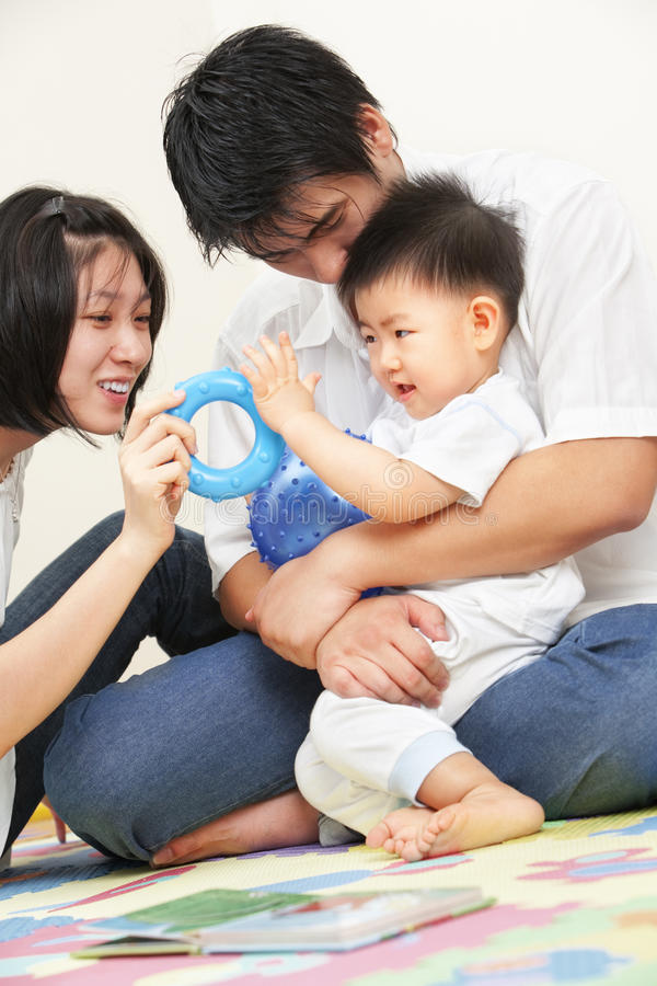 азиатские семьи траты времени детеныши совместно стоковые фото