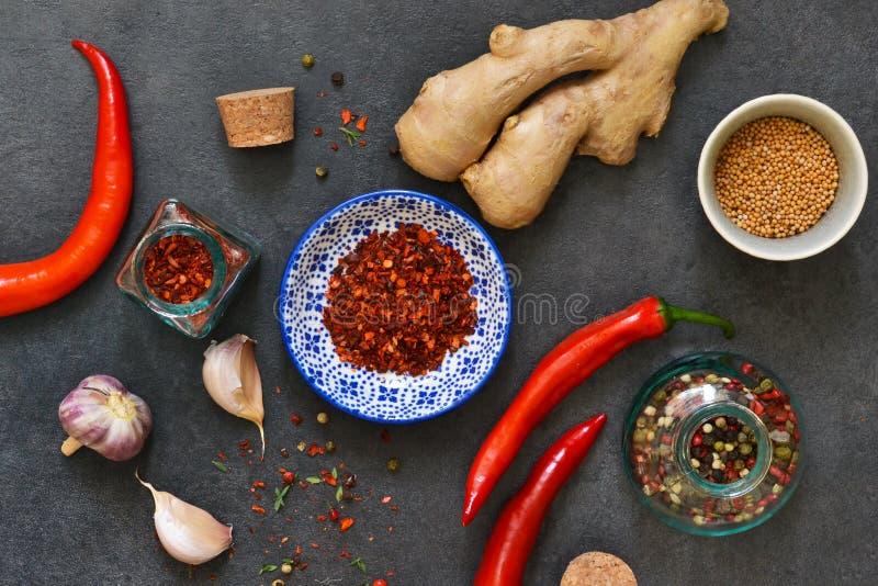 Азиатские специи: перец chili, чеснок, имбирь, турмерин на черноте стоковое фото rf
