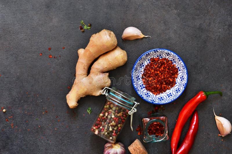 Азиатские специи: перец chili, чеснок, имбирь, турмерин на черноте стоковые фотографии rf