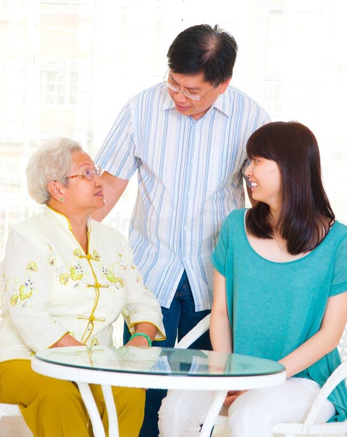 Азиатские старшие женщина и дети стоковое фото