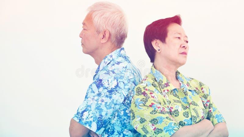 Азиатские старшие пары несчастные, воюющ Проблема отношения стоковые фото