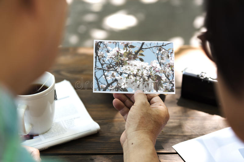 Азиатские старшие пары ослабляют концепцию кофейни стоковые изображения