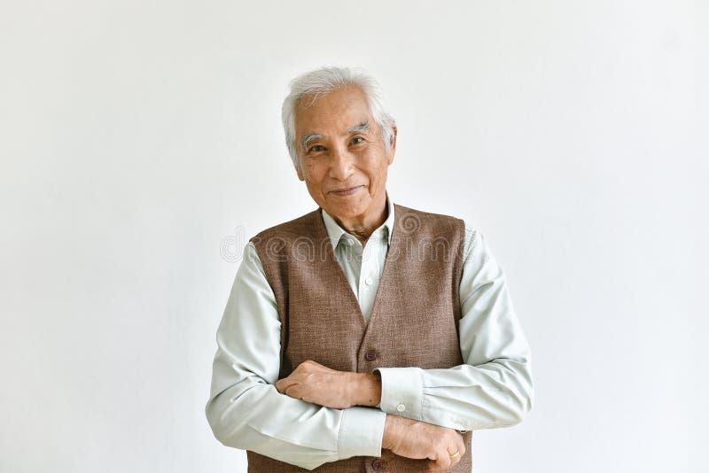 Азиатские старший старик, уверенный и усмехаться престарелый на белой предпосылке стоковые фото