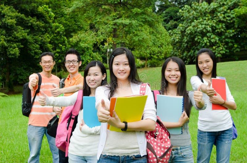 Азиатские студенты колледжа стоковые изображения rf