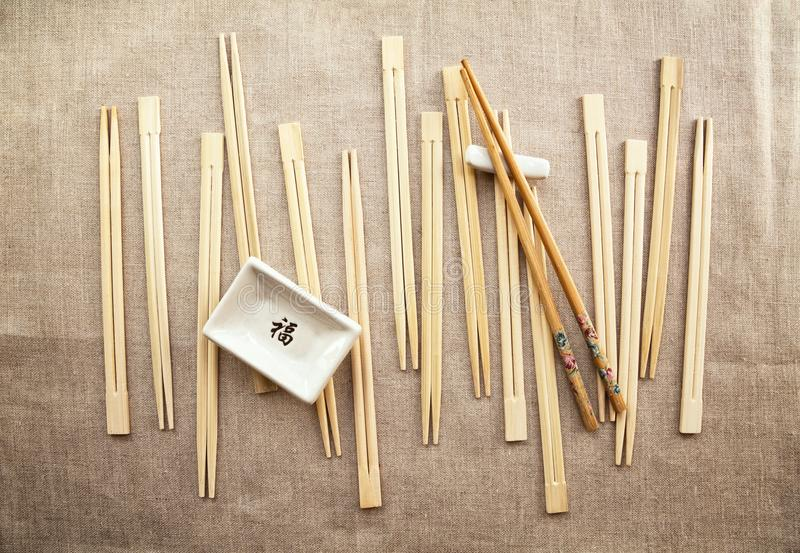 Азиатские традиционные утвари еды - деревянные палочки и блюдо соевого соуса стоковое изображение rf