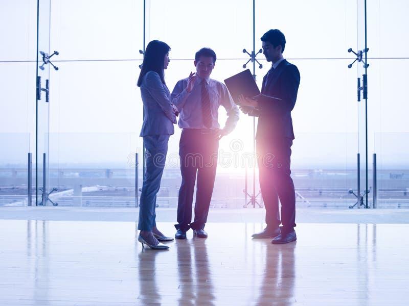 Азиатские управляющие корпорации обсуждая дело стоковое изображение