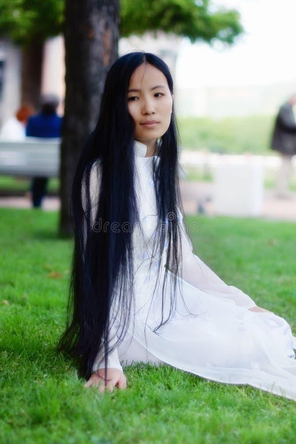 азиатские черные волосы девушки длиной стоковая фотография