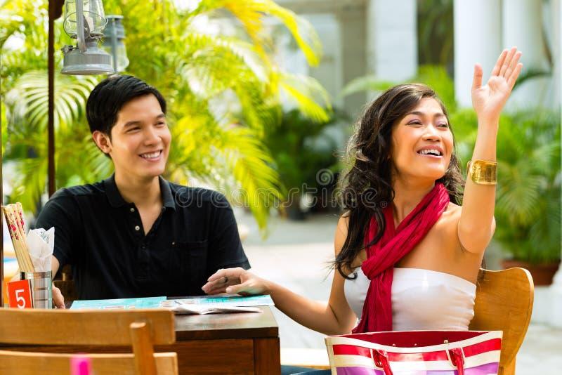 Азиатские человек и женщина в ресторане стоковая фотография rf