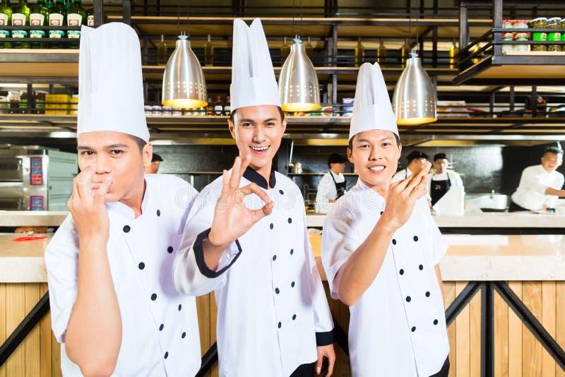 Download Азиатские шеф-повара варя в ресторане Стоковое Фото - изображение насчитывающей группа, adulteration: 41663270