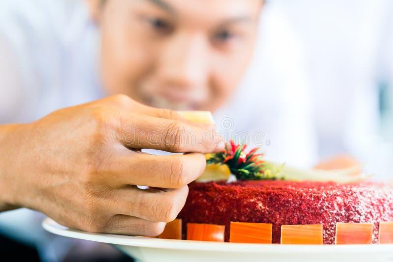 Download Азиатские шеф-повара варя в ресторане Стоковое Фото - изображение насчитывающей индонесия, торт: 41663312