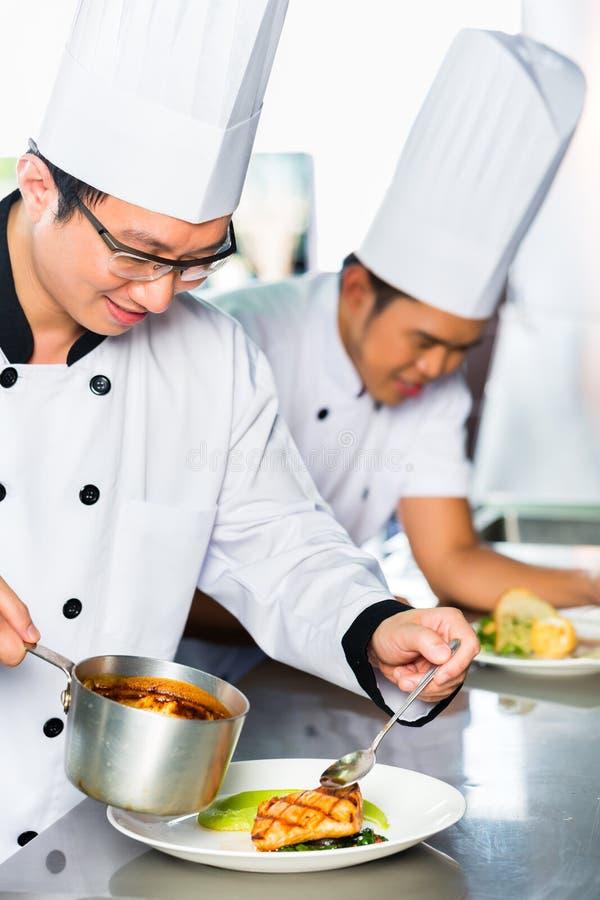 Азиатские шеф-повара в варить кухни ресторана стоковое изображение rf