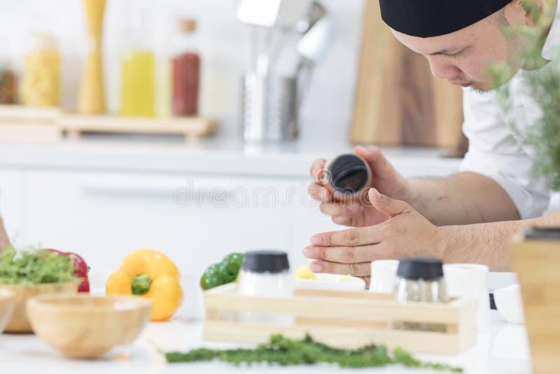 Азиатские шеф-повара стремятся сварить самую очень вкусную кухню в t стоковые изображения