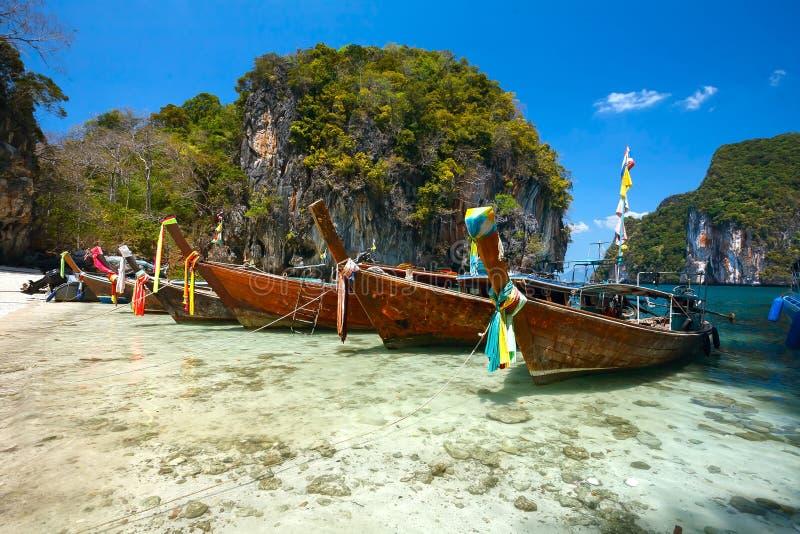 Азиатские шлюпки на пляже и горах стоковая фотография
