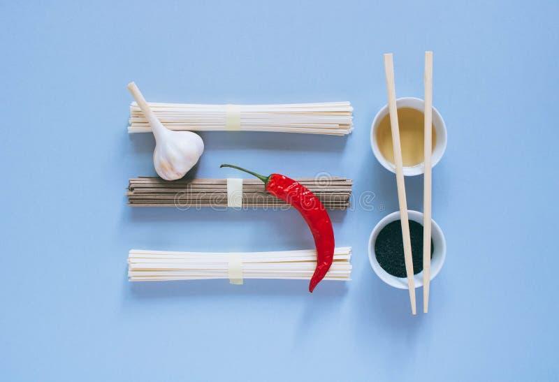 Азиатские udon и soba лапшей на голубой предпосылке стоковые изображения rf
