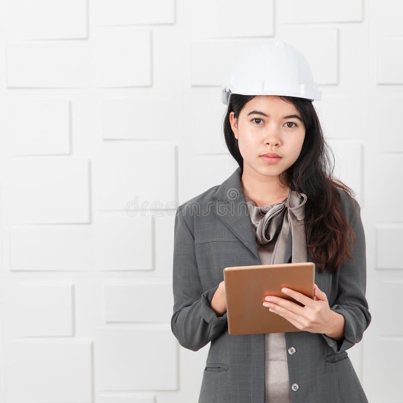 Азиатский архитектор на офисе строительной площадки стоковые фотографии rf