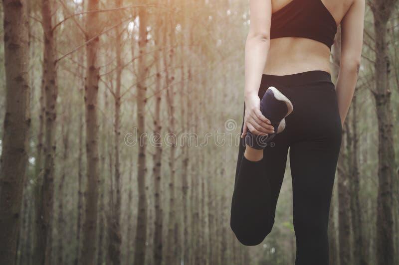 Азиатский бегун женщины фитнеса женщин стоковое изображение rf