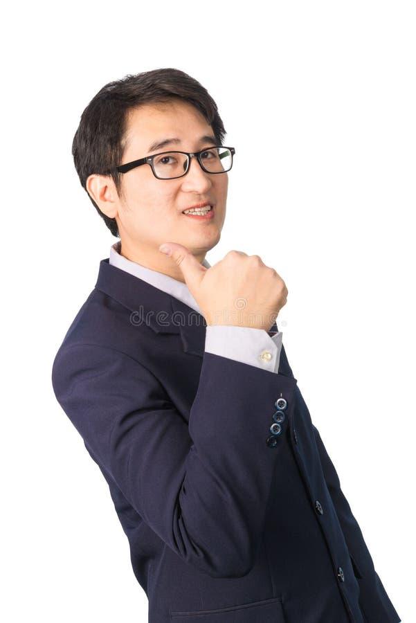Азиатский бизнесмен делая большие пальцы руки вверх с усмехаться, изолированный на w стоковое фото rf