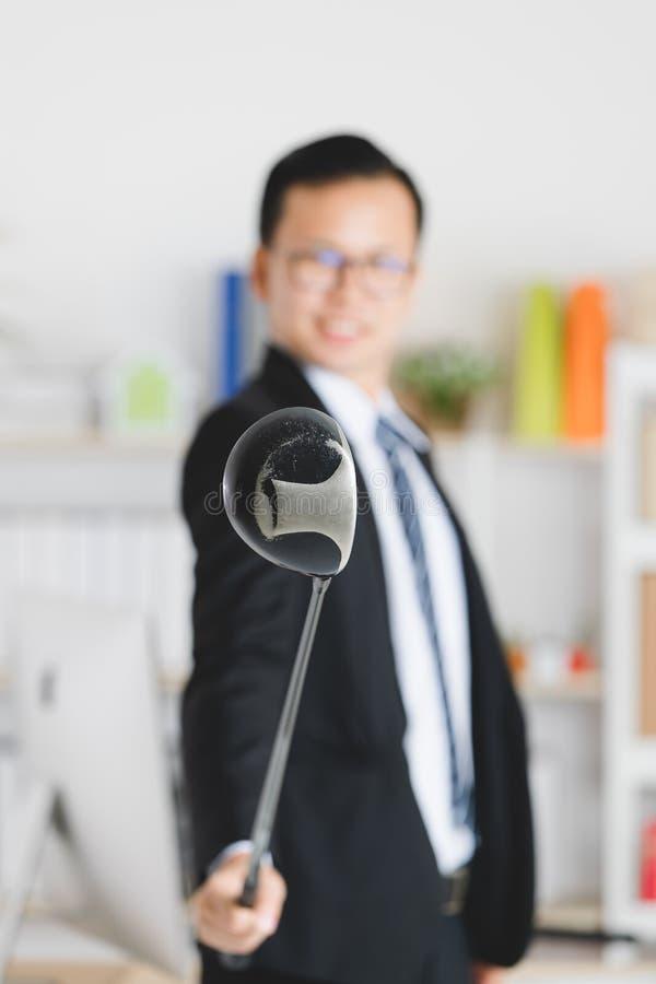 Азиатский бизнесмен на офисе стоковое фото