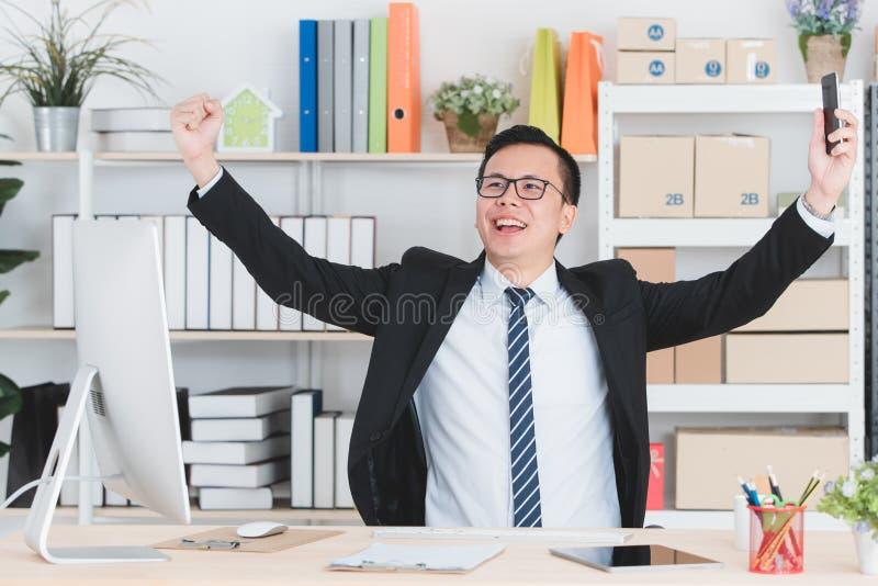 Азиатский бизнесмен на офисе стоковые изображения rf