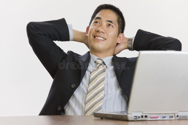 азиатский бизнесмен ослабляя стоковая фотография rf