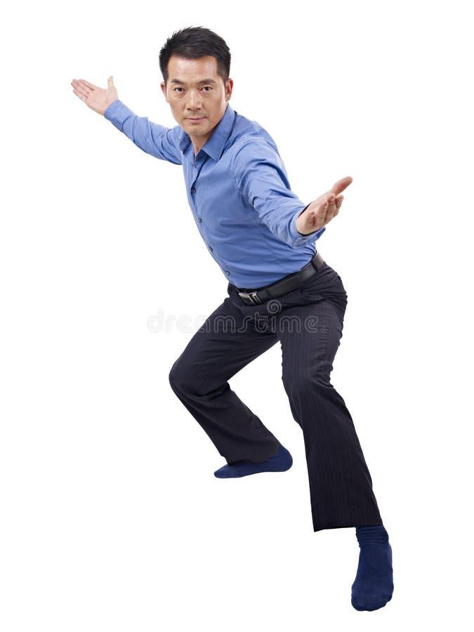 Азиатский бизнесмен показывая движение карате стоковое фото rf