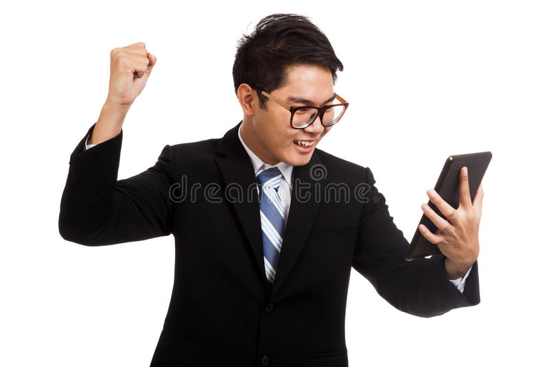 Азиатский бизнесмен счастливый с успехом с ПК таблетки стоковое изображение