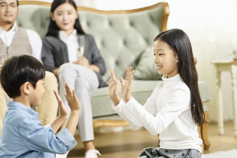 Азиатский брат и сестра играя дома стоковая фотография