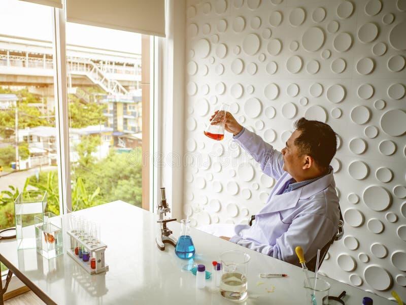 Азиатский взгляд ученого на Beaker стоковые фотографии rf