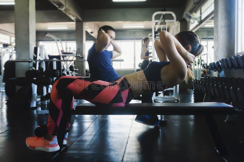 Азиатский делать женщины сидеть-поднимает стоковое изображение rf