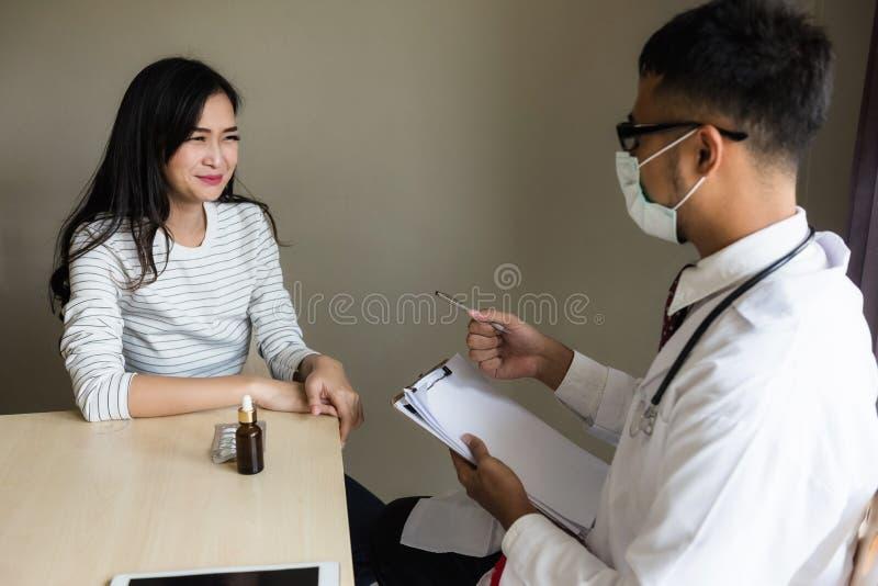 Азиатский доктор диагностирует patiient женщину в больнице стоковое фото