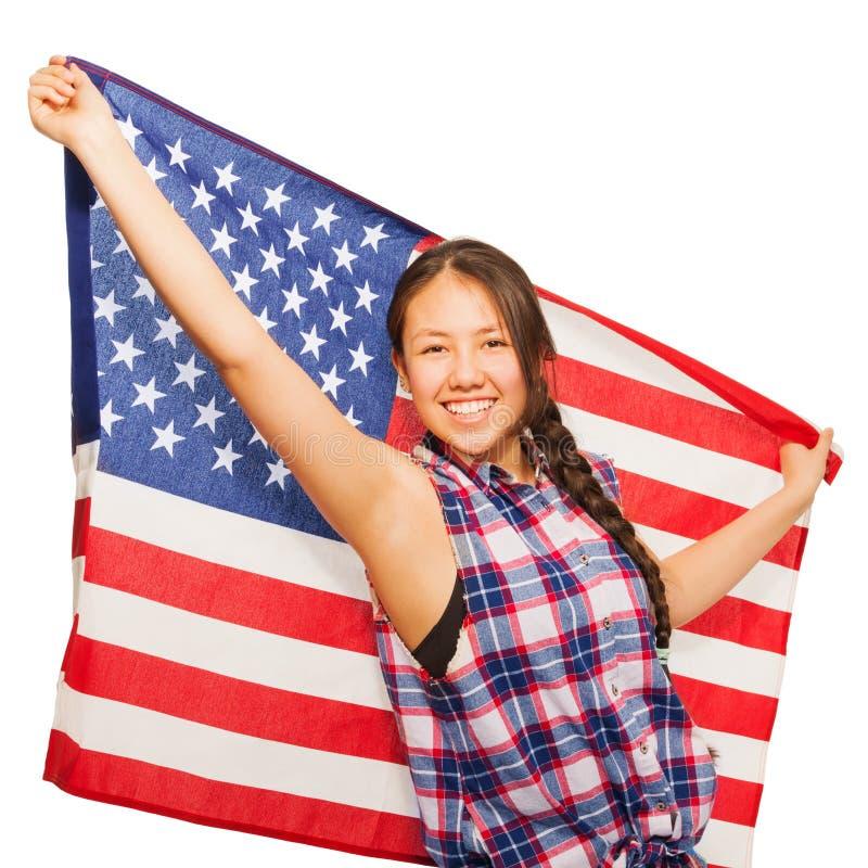 Азиатский девочка-подросток держит американский флаг за ей стоковое изображение rf
