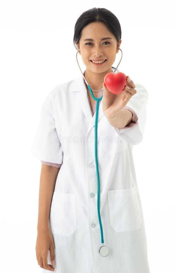 Азиатский женский доктор с формой и стетоскопом на шеи стоковые изображения