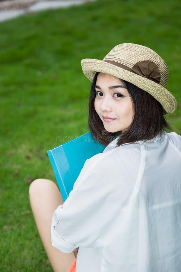 Азиатский женский студент стоковые фотографии rf