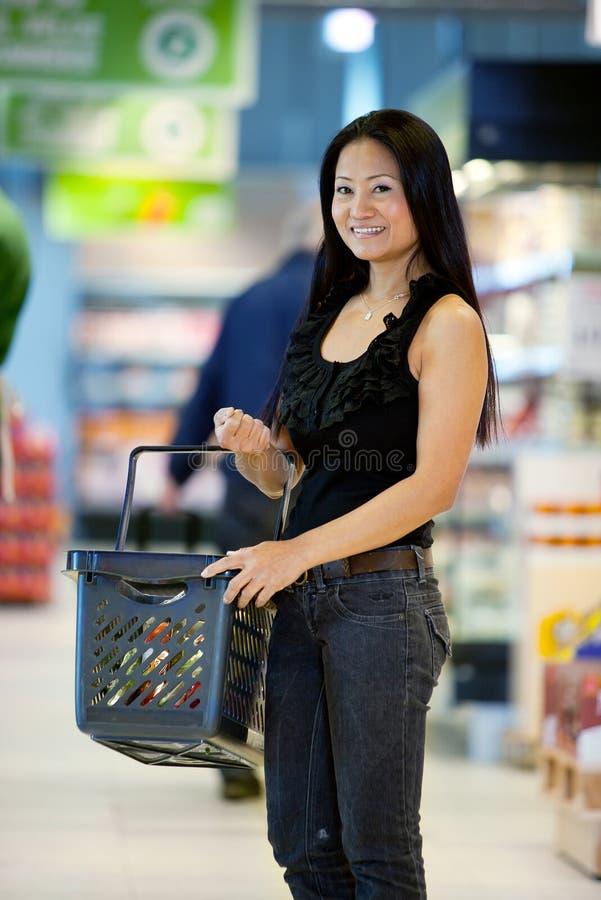 азиатский женский счастливый покупатель стоковые изображения