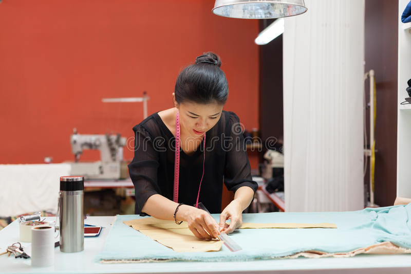 Азиатский дизайнер платья одежд моды портноя женщины стоковая фотография rf