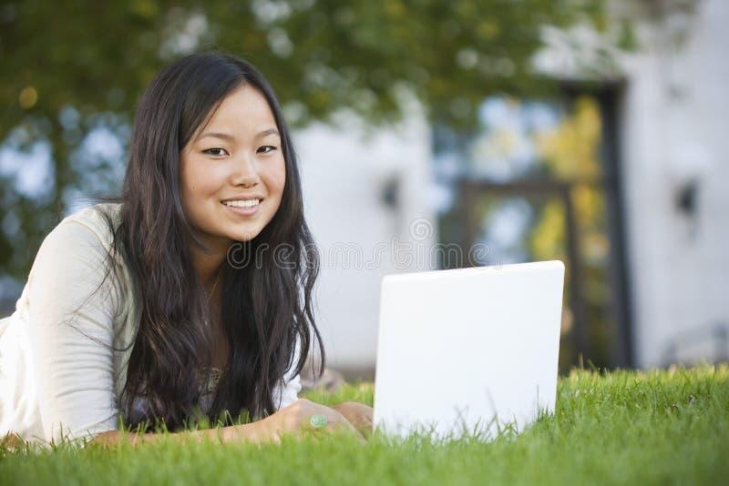 азиатский изучать студента компьтер-книжки компьютера стоковые фотографии rf