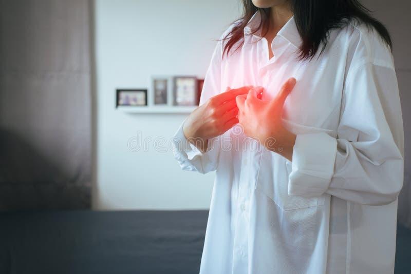 Азиатский иметь женщины или симптоматические кислоты рефлюкса, заболевание Gastroesophageal рефлюкса, потому что esophageal сфинк стоковое изображение rf