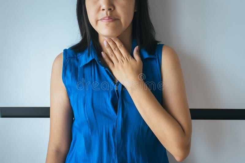 Азиатский иметь woamn или симптоматические кислоты рефлюкса, заболевание Gastroesophageal рефлюкса стоковые изображения rf