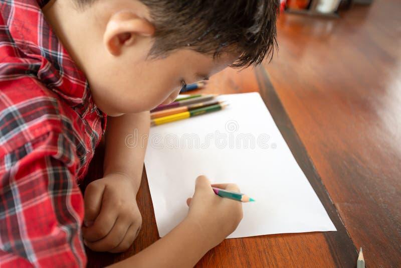 Азиатский карандаш цвета пользы мальчика стоковое фото rf