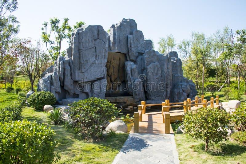 Азиатский китаец, Тяньцзинь Wuqing, зеленый ландшафт сада экспо, rockery, деревянный мост стоковое фото rf