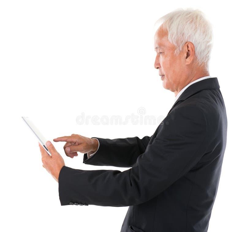 Азиатский китайский босс используя компьютер таблетки стоковые фотографии rf