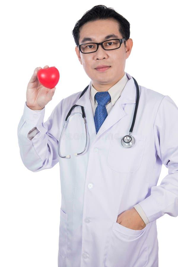 Азиатский китайский мужской доктор держа красное сердце с стетоскопом стоковая фотография rf