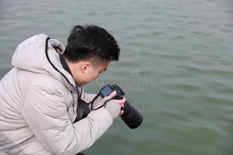 Азиатский китайский фотограф человека в парке стоковые изображения rf