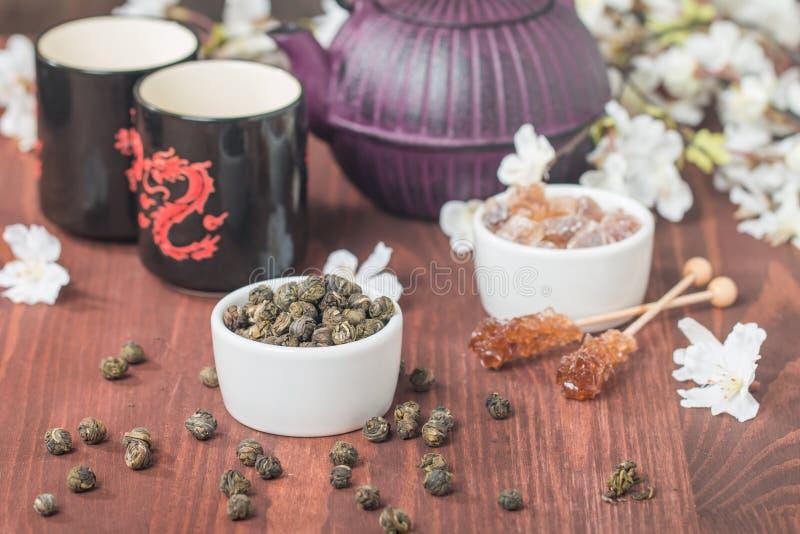 Азиатский комплект чая с высушенными зеленым чаем и сахаром стоковое изображение rf