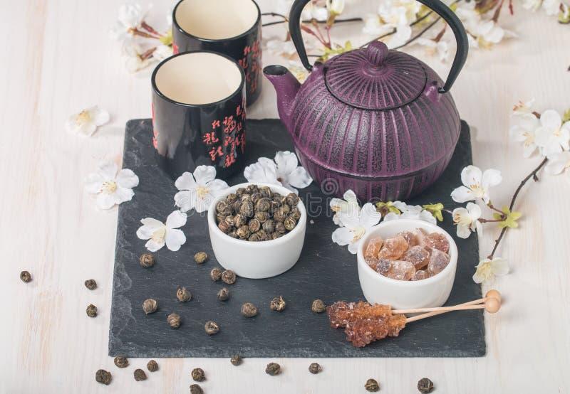 Азиатский комплект чая с высушенными зеленым чаем и сахаром стоковые фото